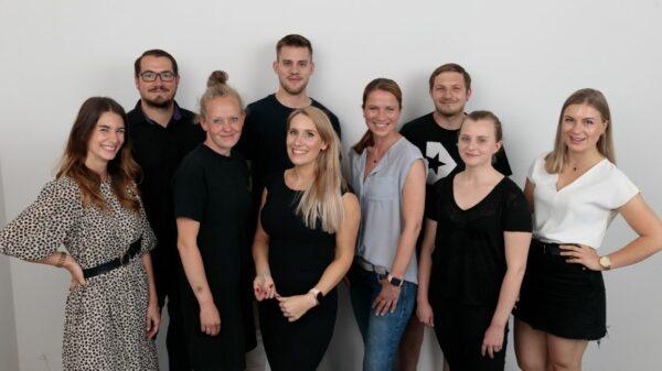 Teamfoto von einem Teil des Teams rund um Gründerin Josefine Schmidt